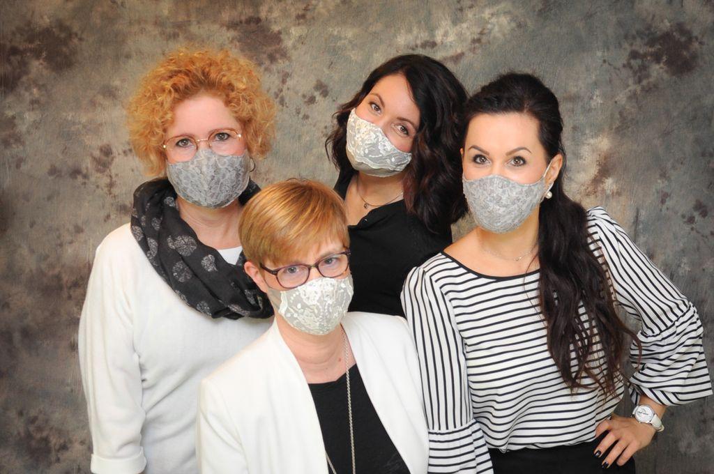 Team mit Maske